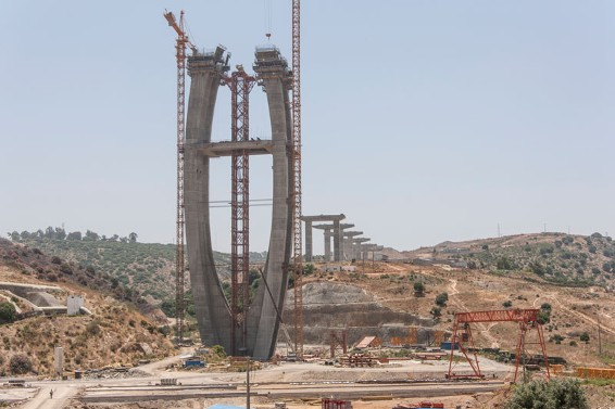 The artistic shape of the pylons also presented the Formwork Experts with some special challenges. The bridge pylons are each being formed with 40 units of Automatic climbing formwork SKE100 and around 220 elements of the large-area formwork Top 50 system.