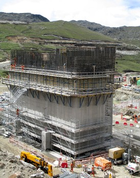 What will soon be Peru's biggest copper mine is under construction at an elevation of over 4000m above sea level. The extensive mine infrastructure is taking shape with the aid of versatile formwork systems such as Dam formwork D22 and Framed formwork Framax Xlife.