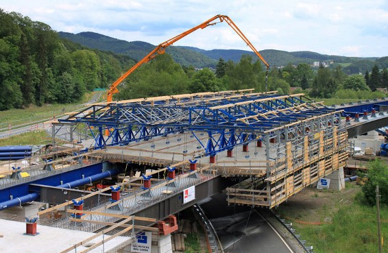 Despite the width of the carriageway (20.36 m), the composite forming carriage for the Oder Valley Bridge consists mainly of rentable system components.