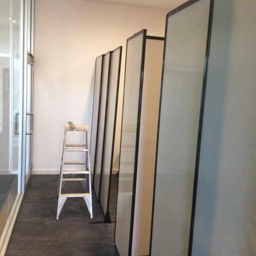 The office partitions were attached to the walls using easy-to-install wall mounting brackets for stability.