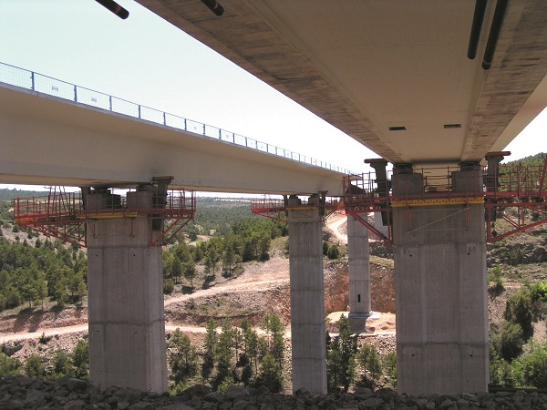 Enerpac bridge launching and crane stability assistance technology is being employed globally on large and small, public and private rail and road infrastructure projects