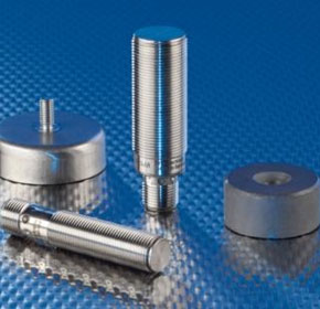 Magnetic sensors in full-metal housing for mechanical tolerances