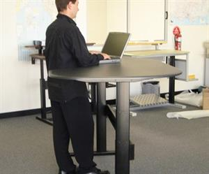 The benefits of a standing desk include a stronger posture, a higher calorie-burning rate, and improved blood flow.