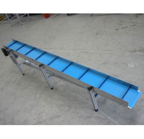 Transporting goods on an inclined belt conveyor