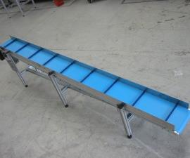 Belt conveyor with cleats