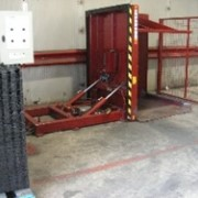 Cold storage tilter makes dunnage removal safe and efficient